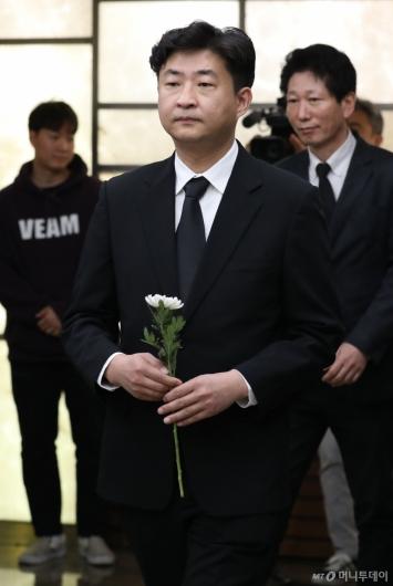 [사진]故김홍일 전 의원 조문하는 노건호씨