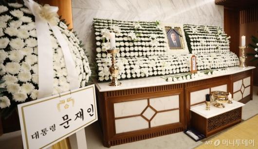 [사진]문재인 대통령 근조화환 놓여진 故김홍일 전 의원 빈소