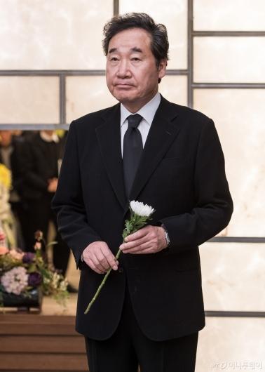 [사진]故김홍일 전 의원 조문하는 이낙연 국무총리