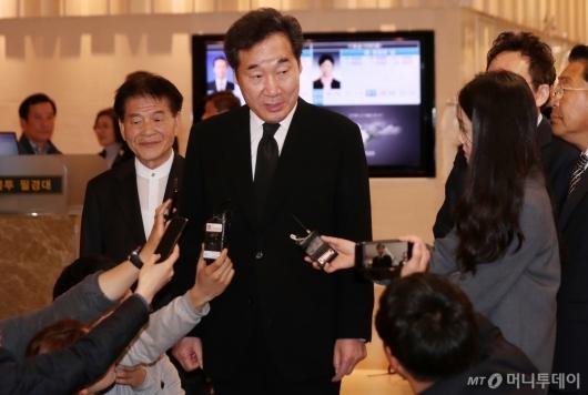 [사진]취재진과 질의응답하는 이낙연 총리