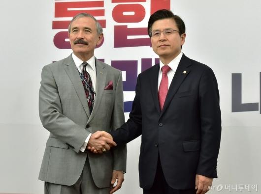[사진]악수하는 해리스 美대사-황교안 대표