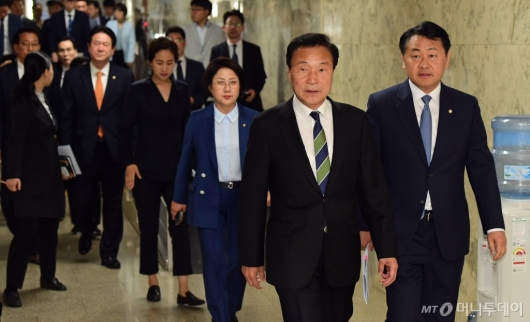 [사진]의총 참석하는 손학규-김관영