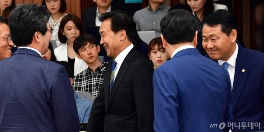 [사진]인사 나누는 바른미래당 의원들