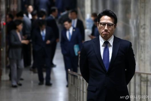 [사진]굳은 표정의 정병국 바른미래당 의원