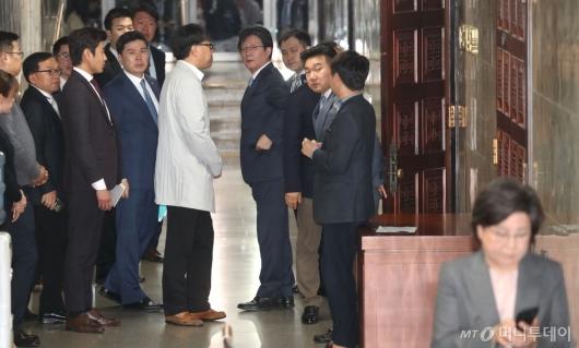 [사진]바른미래당, 선거제개편·공수처설치 패스트트랙 합의안 추인