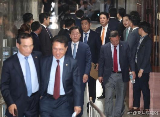 [사진]희비 엇갈린 바른미래당 의원들