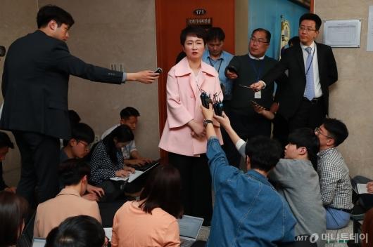 [사진]탈당 기자회견 마친 이언주 의원