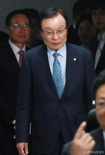 [사진]확대간부회의 참석하는 이해찬 민주당 대표