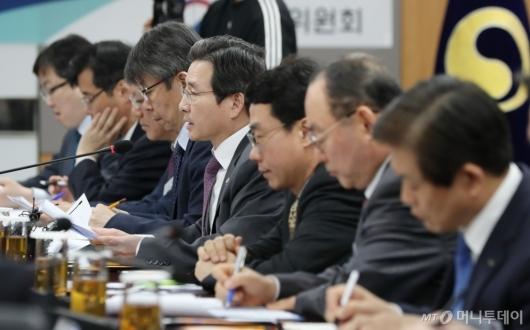[사진]연대보증 폐지 진행상황 점검회의 모두발언하는 김용범 부위원장