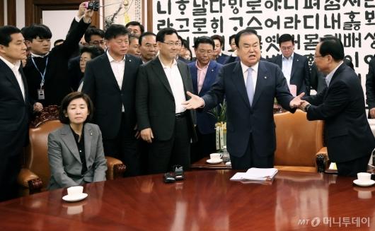 [사진]국회의장실 점거한 자유한국당