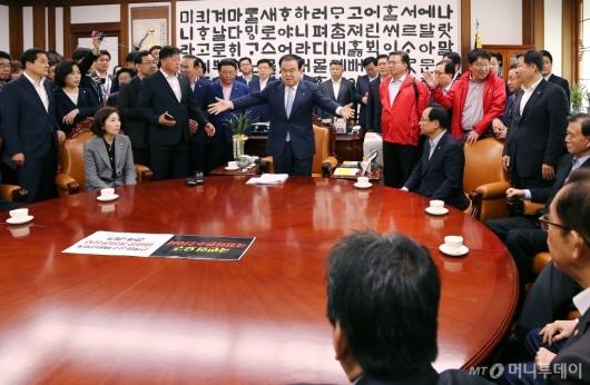 [사진]자유한국당 의원 퇴거 요청하는 문희상 국회의장