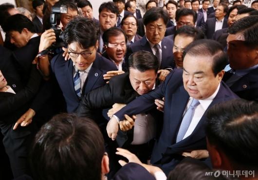 [사진]자유한국당 항의방문에 아수라장 된 국회의장실