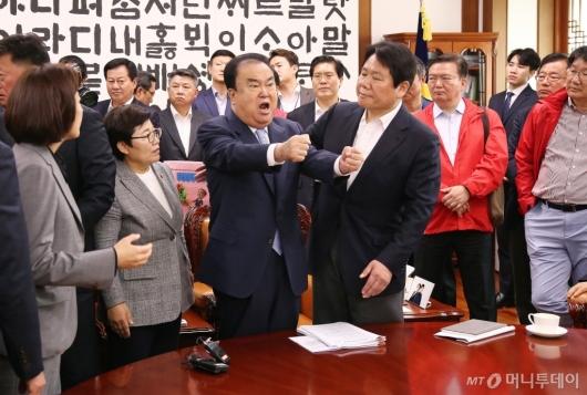 [사진]국회의장실 점거에 소리치는 문희상 의장