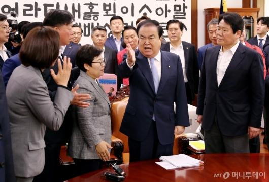 [사진]국회의장실 점거에 호통치는 문희상 의장