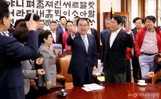 [사진]자유한국당 국희의장실 점거에 호통치는 문희상 의장