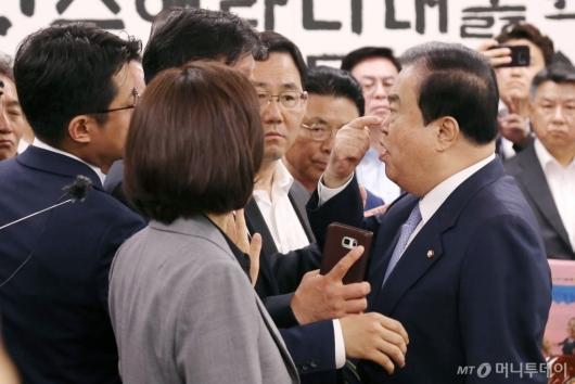 [사진]자유한국당, 국회의장실 점거...선거제·공수처 패스트트랙 항의