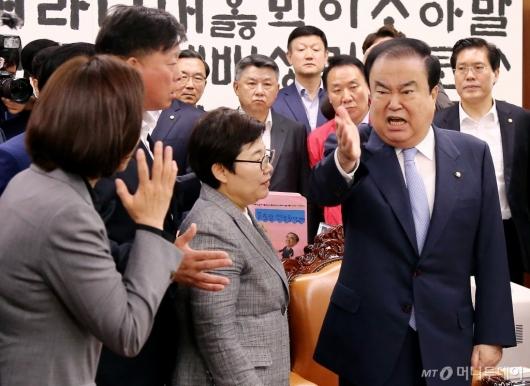 [사진]자유한국당 퇴거 요구하는 문희상 국회의장