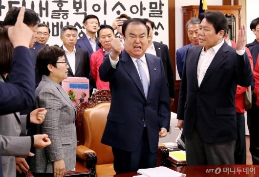[사진]자유한국당 점거에 퇴거 요구하는 문희상 국회의장