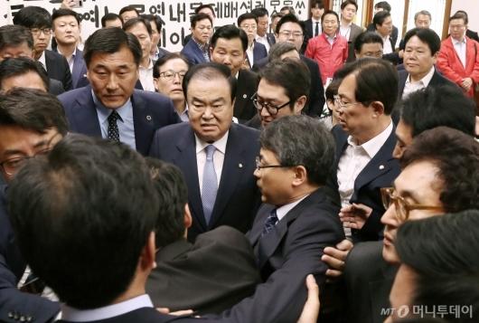 [사진]문희상 의장 가로막은 자유한국당...설전 후 탈진 병원行