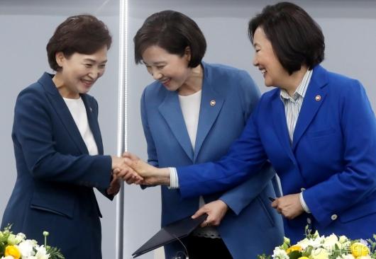 [사진]손잡은 교육부-국토부-중기부