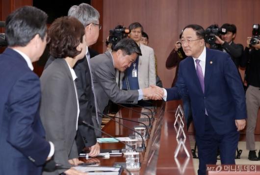[사진]장관들과 인사하는 홍남기 부총리