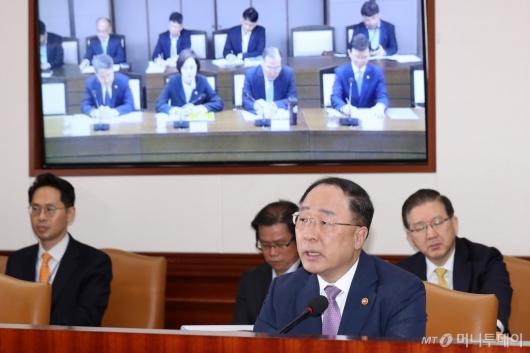 [사진]홍남기 부총리, 영상 긴급관계장관회의 주재
