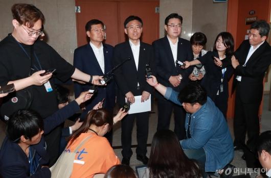 [사진]오신환→채이배 교체...자유한국당 효력정지가처분 신청