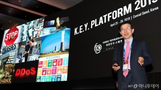 [사진]'미래기술과 규제' 주제발표하는 김상선 원장