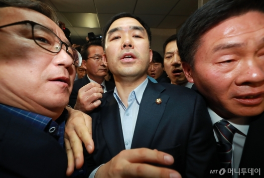 [사진]채이배, 6시간만에 의원실 탈출