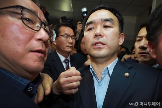 [사진]의원실에서 탈출한 채이배 의원
