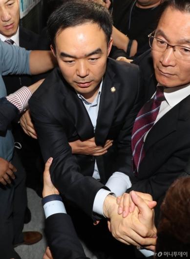 [사진]자유한국당 감금 뚫고 나온 채이배