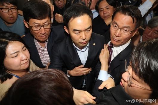 [사진]자유한국당 감금 뚫고 나온 채이배 의원
