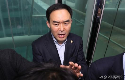 [사진]국회 본청으로 이동하는 채이배 의원