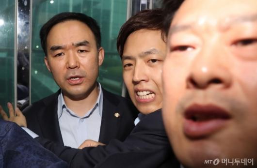 [사진]의원실 빠져나온 채이배...자유한국당 의원들에 6시간 감금