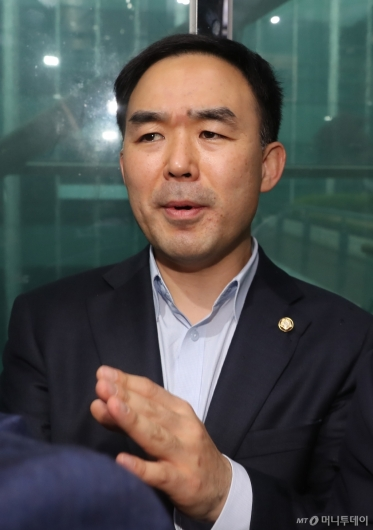 [사진]자유한국당 감금서 '탈출'한 채이배 의원