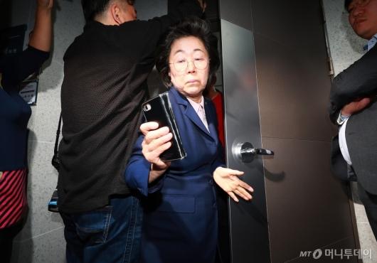 [사진]자유한국당 의원, 채이배 사개특위 위원실 점거