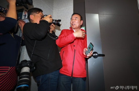 [사진]채이배 의원실 나서는 박덕흠 자유한국당 의원