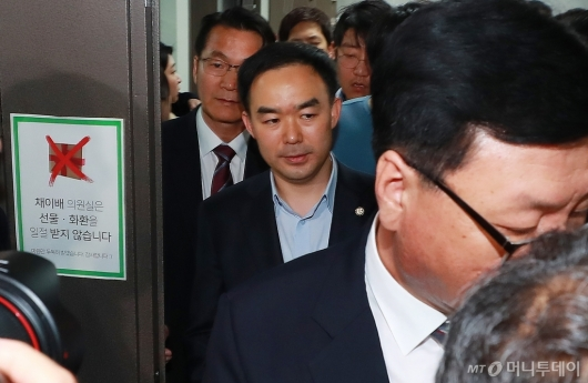 [사진]의원실 빠져나오는 채이배