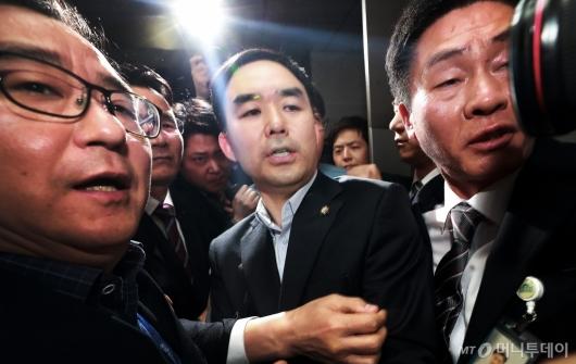 [사진]의원실 빠져나온 채이배
