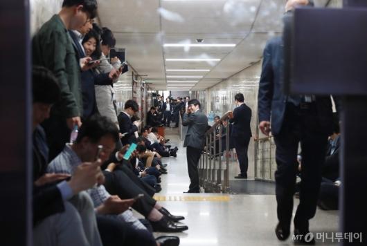 [사진]사개특위 회의장 복도 점거한 자유한국당