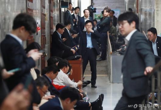[사진]회의장 복도까지 점거한 자유한국당
