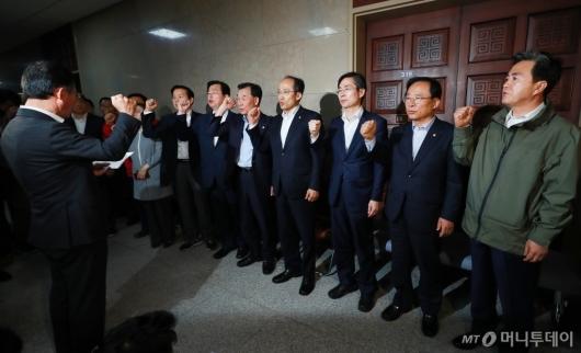 [사진]정치·사법개혁특위 예상 회의장 다 막은 자유한국당
