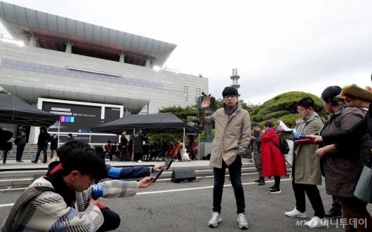 [사진]평화의 집 설명하는 탁현민 자문위원