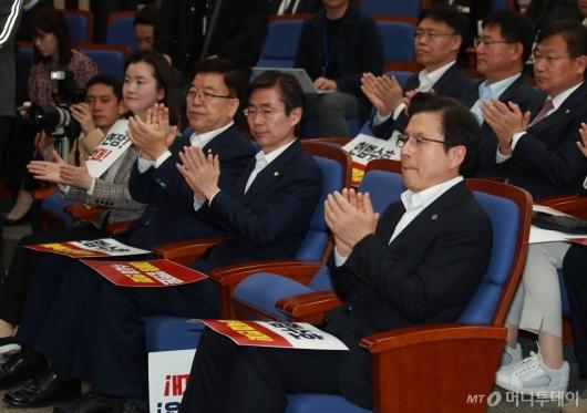 [사진]박수 보내는 의원들