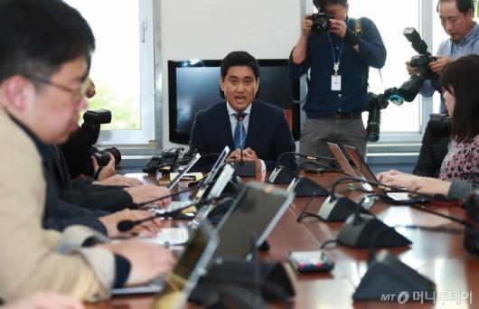 [사진]기자회견하는 오신환