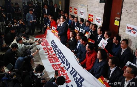 [사진]사개특위 회의장 앞 의원총회하는 자유한국당