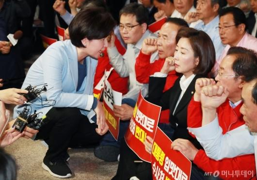 [사진]나경원 원내대표 찾아온 백혜련 간사