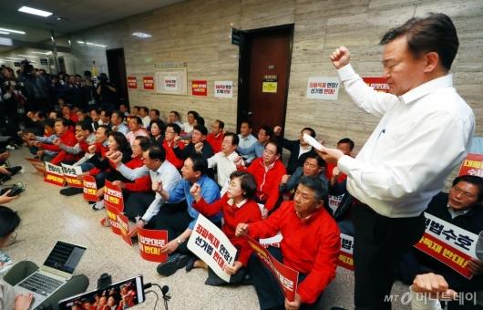 [사진]회의장 막은 자유한국당 의원들