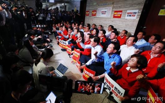 [사진]사개특위 회의장 막은 자유한국당