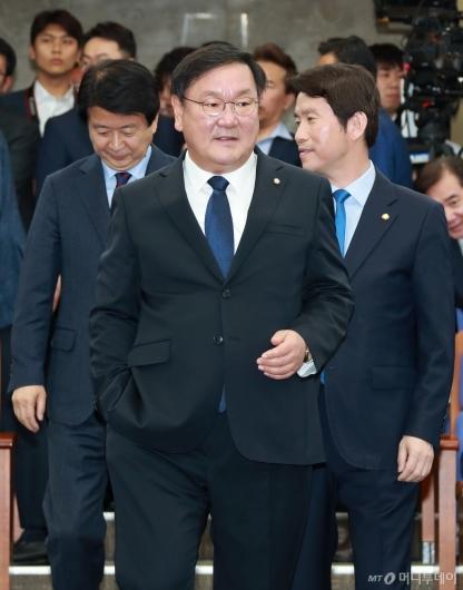 [사진]의원총회 참석하는 민주당 원내대표 후보들